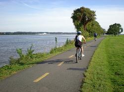 Rosslyn Arlington VA biking path along Potomac to Crystal City